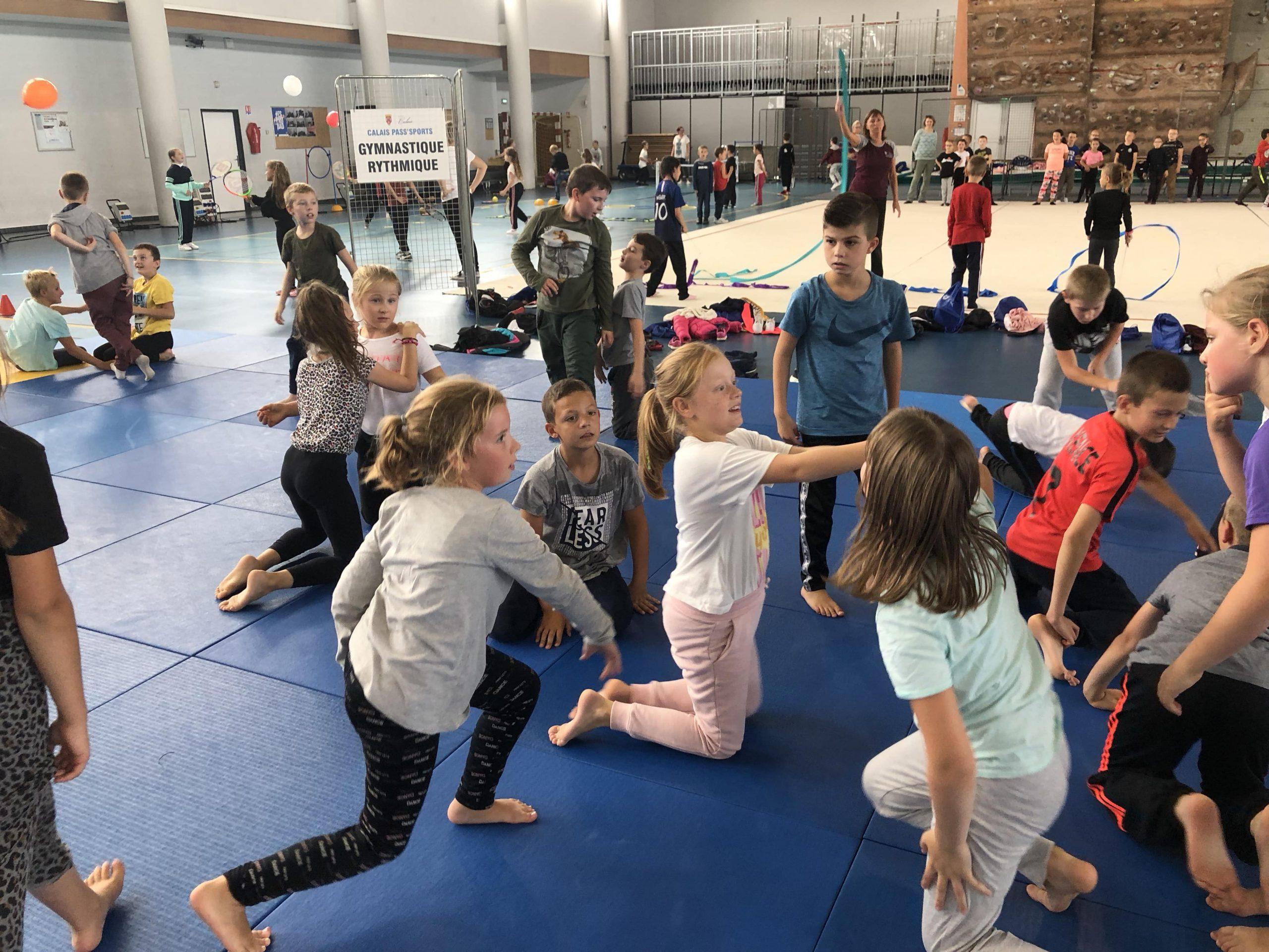 les élèves de l'école Sainte Germaine apprennent la gymnastique rythmique